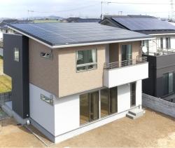屋根は太陽光パネルと屋根が一体のソーラールーフタイプで、外観がスッキリ見えます