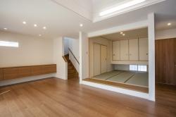 小上がりの和室はリビングと一体になっていて、広々使えます