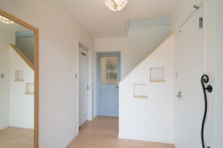 木建具はLIXILファミリーラインのパレット色でLDKの入り口ドアはブルーペイントを採用しています。