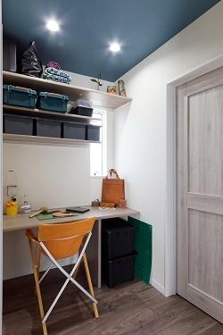 寝室の一角に、レザークラフトの作業スペースを設けました