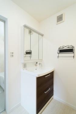 玄関の手すりと同様に、タオル掛けもプロヴァンス風にこだわってチョイスしていますね。