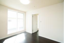2階主寝室…外はバルコニーではありません。大開口の窓でとても開放的です