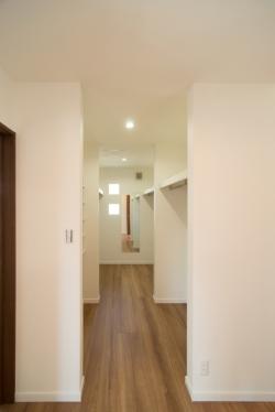 プライベートゾーンの大容量のクローゼット。オープンで使いたいので、あえて廊下の一角へ造りました。
