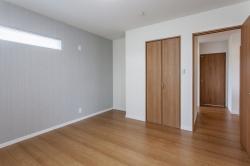 寝室は淡い色のアクセントウォールですこしオシャレで癒やしの空間に