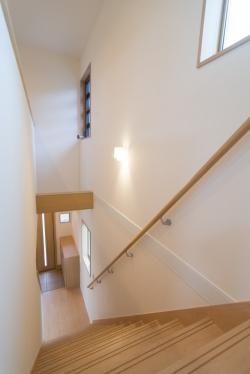玄関は階段吹抜けを利用して自然光を有効に採り入れています